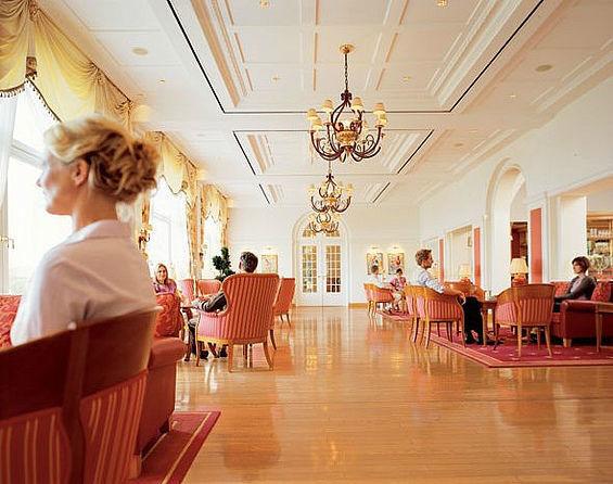 Beispiel: Großzügigkeit im gesamten Hotel, Foto: Travel Charme Kurhaus Binz.