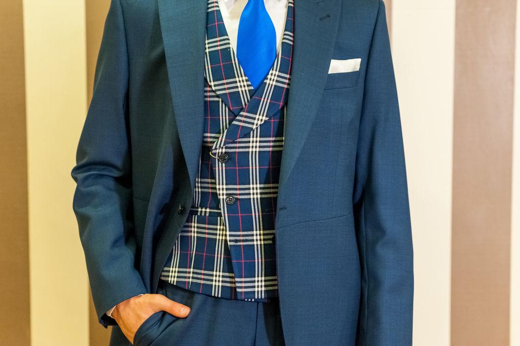 Variante de chaqué azul con chaleco escocés