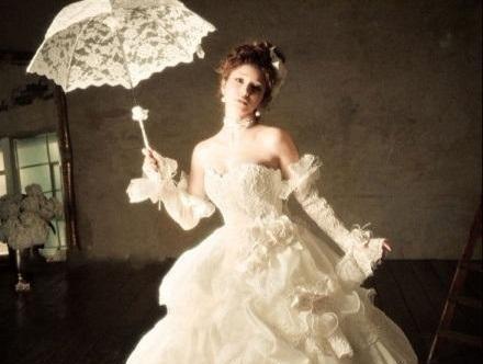 Beispiel: Brautkleid mit Schirm, Foto: Noviamor.