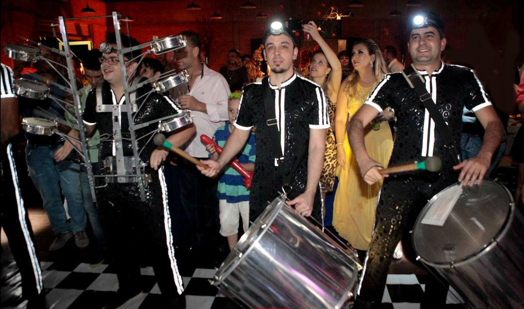 Show de Tecnosamba com percussionistas caracterizados Banda Brega & Chic-Estamos nas melhores festas de formaturas, congressos, debutantes, aniversários, casamentos, confraternizações, hotéis e bodas, acesse nosso site e peça seu orçamento  www.bregaechic.com.br 19-9.8131-7117