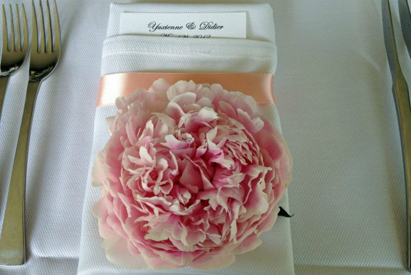 Fleurs, Fruits, Feuillages Magnifique pivoine qui repose sur chaque serviette des invités.  www.fleurs-fruits-feuillages.fr