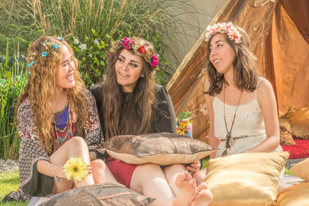 Boda Boho Chic con coronitas de flores para tus invitadas y decoración con