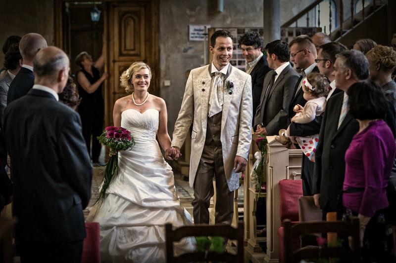 Freude, Glück, Hochzeitsmarsch,Einzug in die Kirche Borsdorf, heiraten , kirchliche Hochzeit, Hochzeitsreportagen Berlin Brandenburg, moderne Hochzeitsfotografie, emotionale Hochzeitsfotos