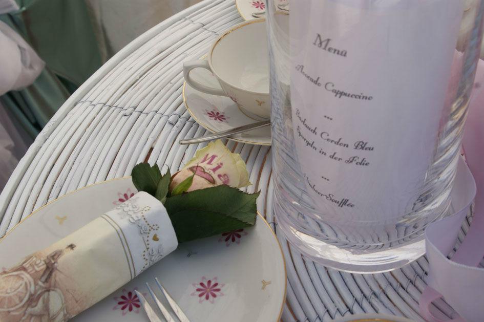 Beispiel: Blumendekoration für das Bankett, Foto: Sandra's Blütenzauber.