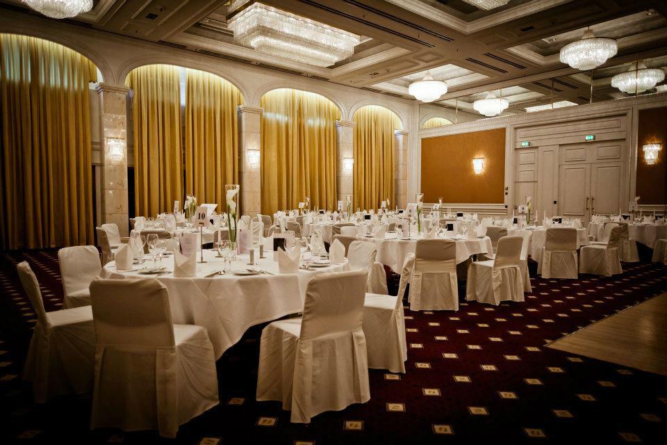 Beispiel: Eingedeckter Hochzeitsfestsaal, Foto: Le Méridien Stuttgart.