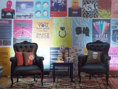 Um casamento com inspiração no Rock, com móveis clássicos e muitos objetos cenográficos. Criamos diversos cartazes com datas importantes para o casal e fizemos uma grande parede de lambe-lambe.