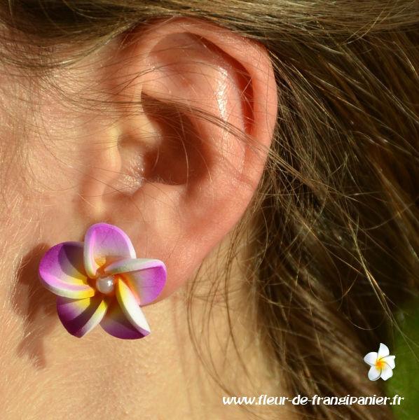Mini boucles d'oreilles Lombok ornées d'une fleur de frangipanier de 3 cm. Nombreux coloris disponibles.