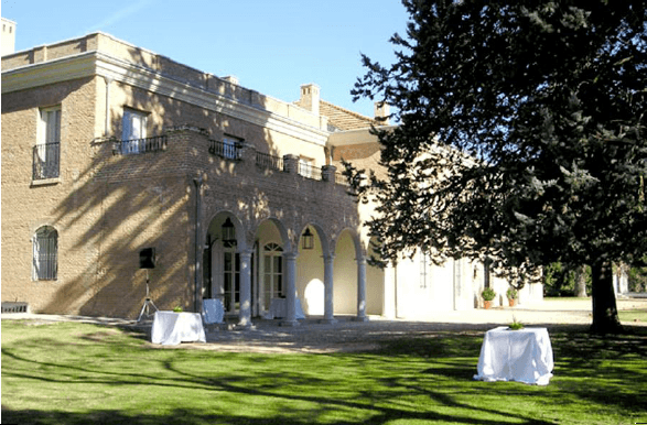 Vista de la fachada con jardines