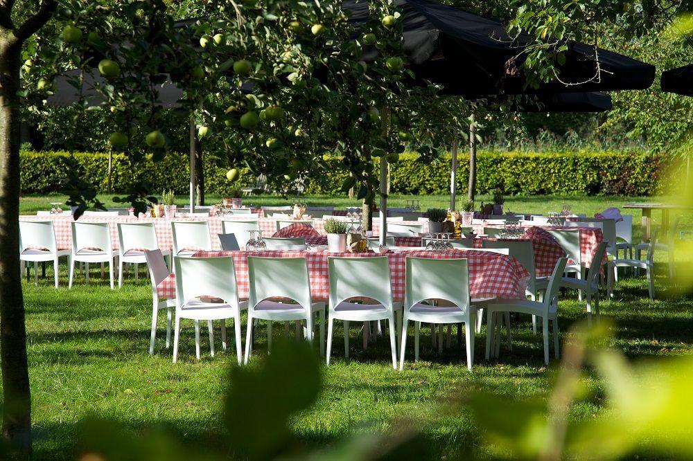 Bruiloft Catering in een fruit boomgaard.