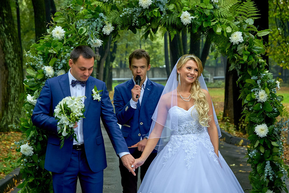 Алена . Если в детстве была мечта на свадьбе стать настоящей принцессой ,то её можно легко воплотить в жизнь