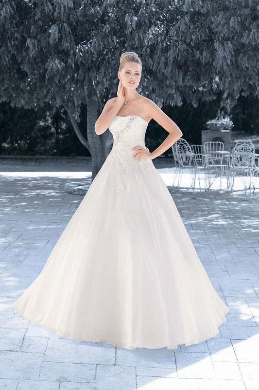 Beispiel: Schulterfreies Brautkleid im Prinzessinnenschnitt, Foto: Kleemeier.