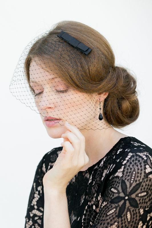 Kopfschmuck in Schwarz - Fascinator mit Seiden Schleife und Schleiernetz für Gala Abende, Hochzeiten, Partys, Oper, Events!
