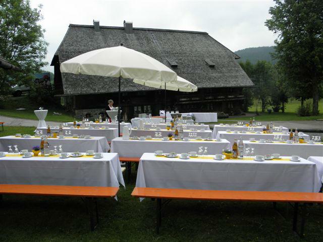 Festtische im Freien, Foto: Henslerhof