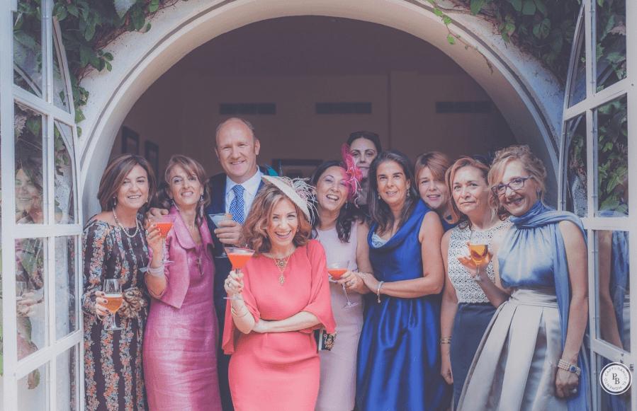 Hermanos y primos, sonrisas y bromas. En la boda de Angeles y Quique.