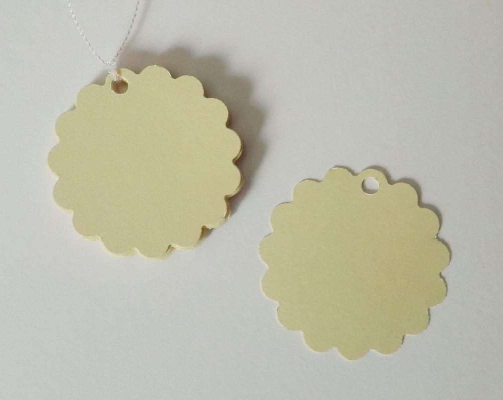 Etiquetas redondas con borde festón, color vainilla. 5cm diámetro.
