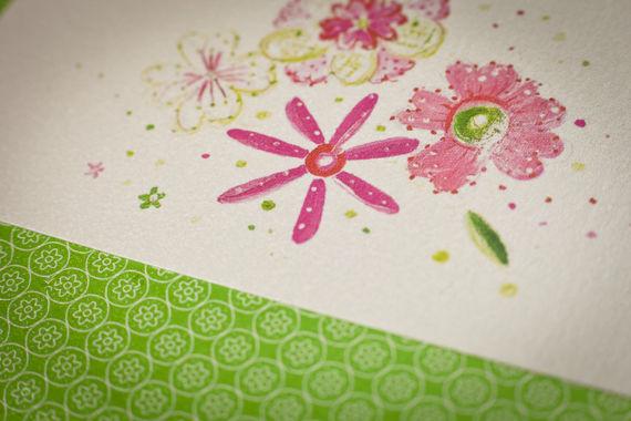 • Springlink  Este convite é só para noivos apaixonadíssimos! Daqueles que não se largam, enroscados num abraço que não termina, beijos, mãos, braços e pernas, cheios de risos, festas e mimos, sabem?  São os que festejam apaixonadamente a Primavera, e para eles, este é o convite perfeito!  Este convite é impresso em fine paper acetinado. O texto é impresso a rosa e a fonte recomendada é a Dorchester.