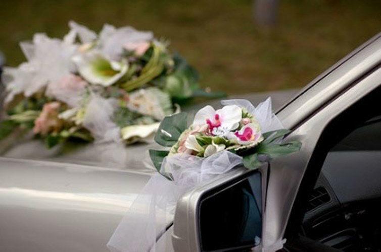 Beispiel: Blumen für das Hochzeitsauto, Foto: AFLORA – Blumenfachgeschäft.