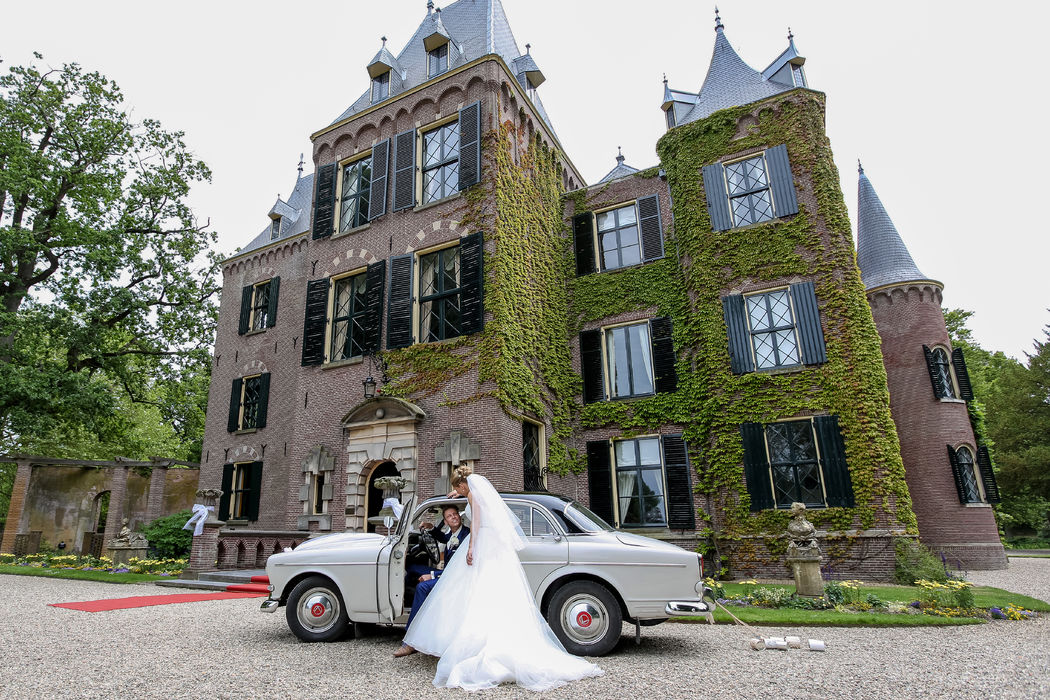 'Grande entree' van het bruidspaar voor het kasteel