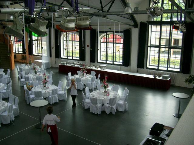 Beispiel: Bürgersaal mit runden Tischen, Foto: Reithalle Rastatt.