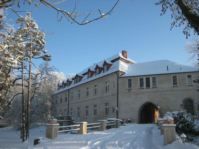 Beispiel: Außenansicht im Winter, Foto: Schloss Neuhausen.