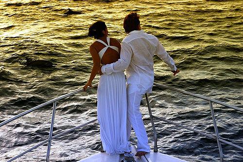 Pareja recién casada disfrutando en un barco en Ibiza y formentera.
