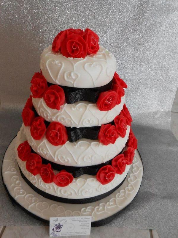 Handgemachte Marzipanrosen auf handgespritzter Torte. Himbeermascarponequarktorte.