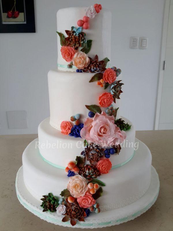 Tema: Diseño clásico de torta de matrimonio, con encaje y flores de azúcar, según los colores y gustos de los novios...