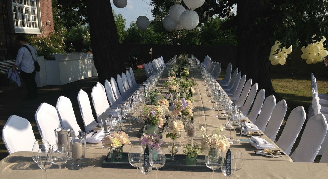 Beispiel: Hochzeitstafel im Garten, Foto: Villa am Jachthafen.