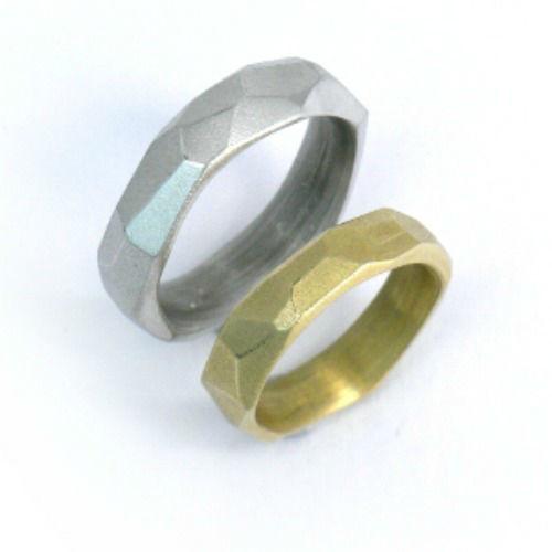 Beispiel: Silber- und Goldring in eckiger Form, Foto: Schmuck Hautnah.