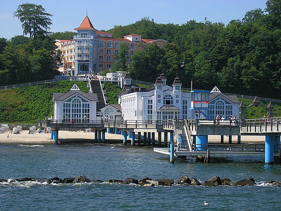 Beispiel: Seebrücke Sellin und das Kurhaus, Foto: Travel Charme Kurhaus Sellin.