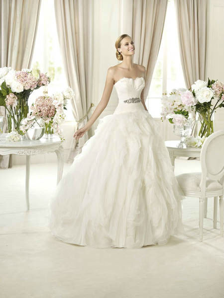 Beispiel: Trägerloses Brautkleid, Foto: Vondru.