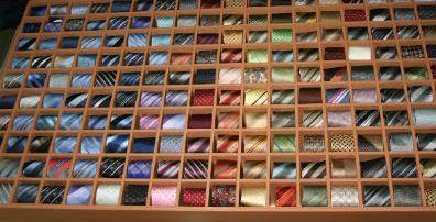 Beispiel: Seidenkrawatten in verschiedenen Farben, Foto: b7 Anzug Outlet.