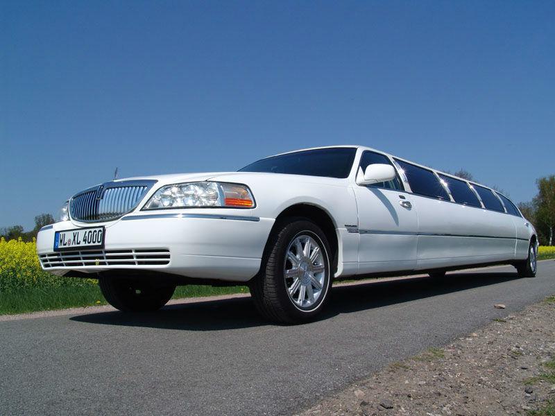 Das weiße Lincoln-Town Car in der etwas längere Version. Dieses Fahrzeig ist speziell für ausladende Brautkleider geeignet, weil wir eine Spezialanfertigung beauftragt haben. Diese Stretchlimousine hat einen besonder breiten Einstieg, damit kein Schmutz an das geliebte Kleid kommen kann.