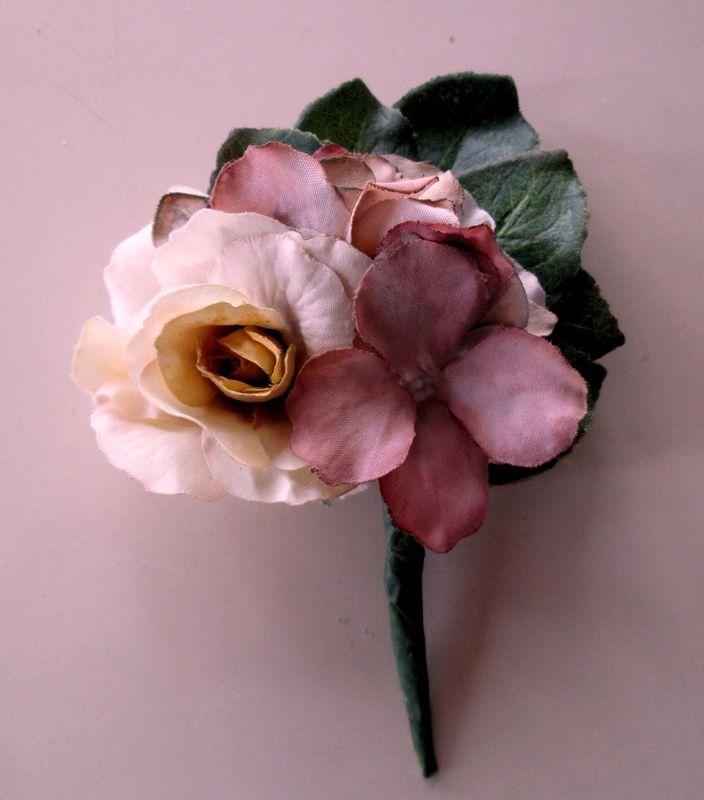Ramillete en flores de algodón y resinas....es la combinación perfecta para acompañar tanto a l ramo como al tocado de la novias y sus niñas...
