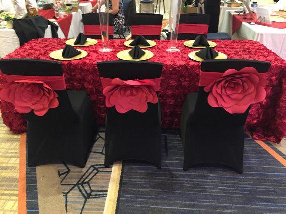 Flores gigantes para decorar sillas de invitados