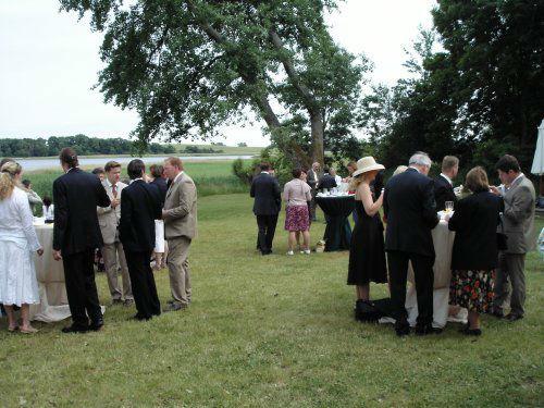 Beispiel: Hochzeitsgesellschaft im Garten, Foto: Gut Grubnow Rügen.