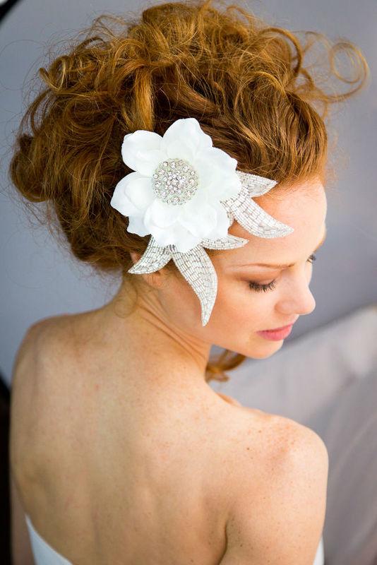 Pince à cheveux fleurie avec strass et perles. Fait main