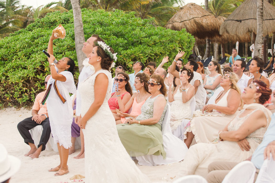 Ceremonia Maya #mobiliarioparaeventos, #bodasenlaplaya #beachweddings #centrosdemesa #centerpieces #bodasencancun #partyboutiquecancun #udwfinefurniturerental #prettyflowerscancun