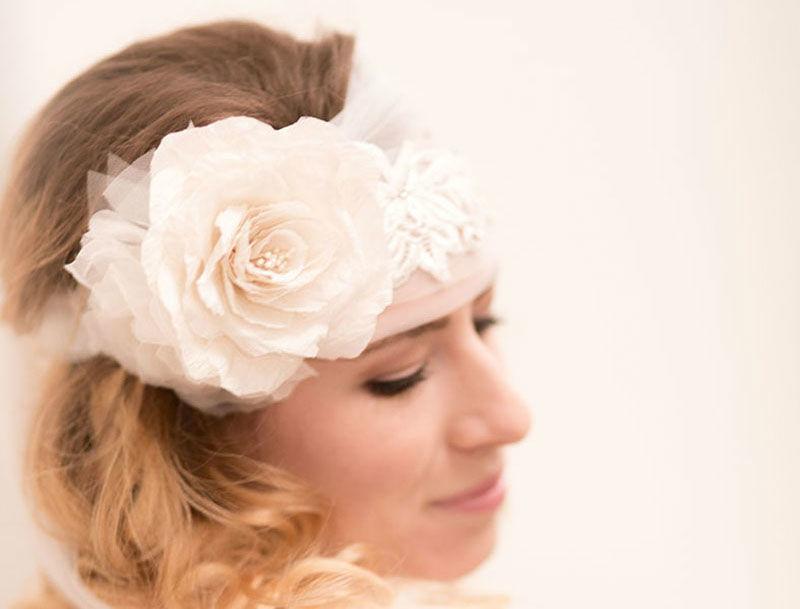 Brautschleier mit handbestickter Spitzenapplikation und zwei Seidenrosen Fingertip veil with embroidered lace and two silk roses