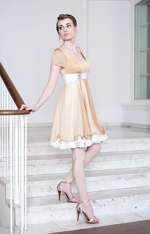 Beispiel: Abendkleid kurz, Foto: Alexander Kappen Haute Couture.