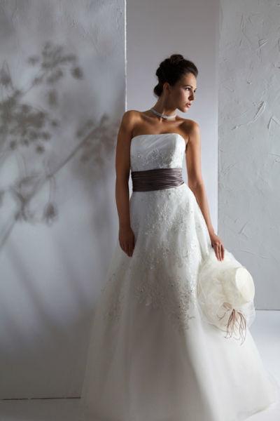Beispiel: Hochzeitskleid mit farblichem Akzent, Foto: Steinecker.