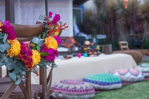 Lounge feito no chão com almofadas de mandalas