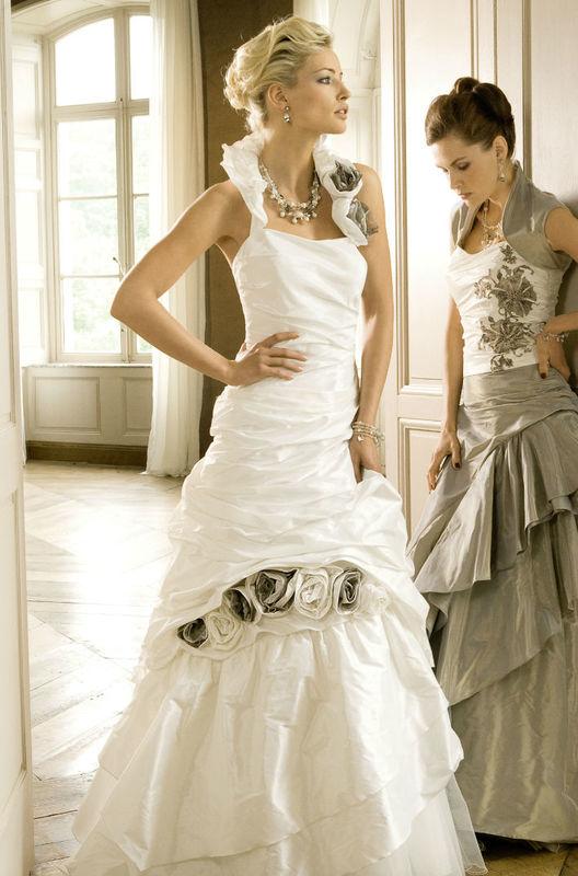 Beispiel: Großes Brautkleid-Sortiment, Foto: Fabula Brautmode.