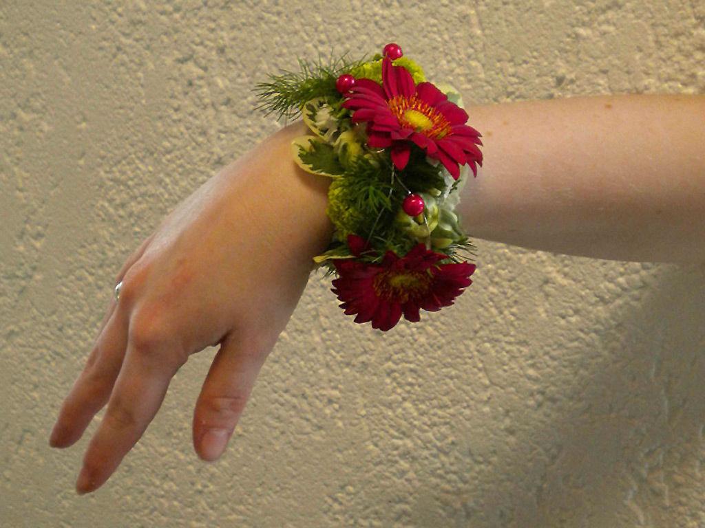 Beispiel: Floraler Armschmuck, Foto: Wilheine Blumenbindekunst.
