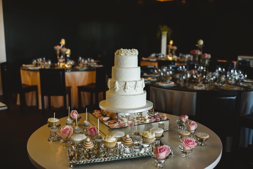 Bolo de casamento , cupcakes, cakepops e bolachas.