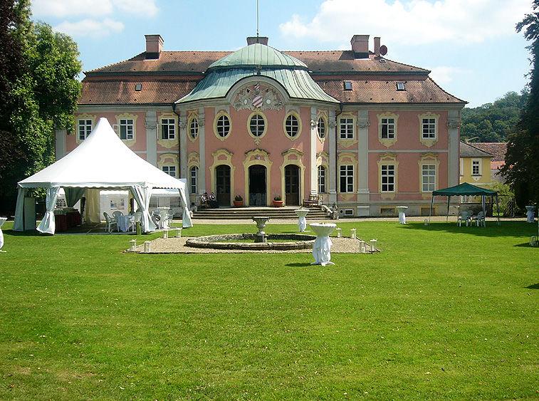 Beispiel: Partyzelt im Garten, Foto: Schloss Assumstadt.
