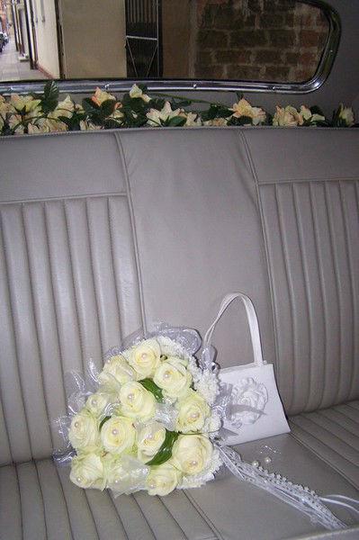 Beispiel: Hochzeitsauto mit Blumenschmuck, Foto: Bel Ami Oldtimergarage.