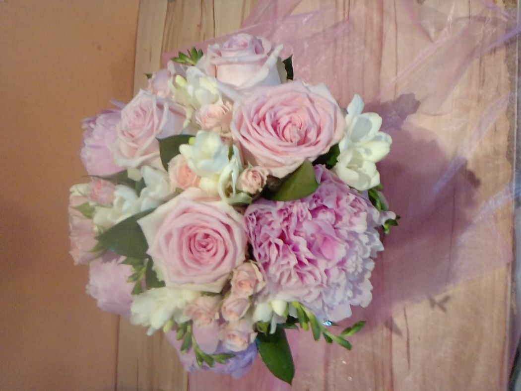 Ramo con peonias, rosas y fresias.