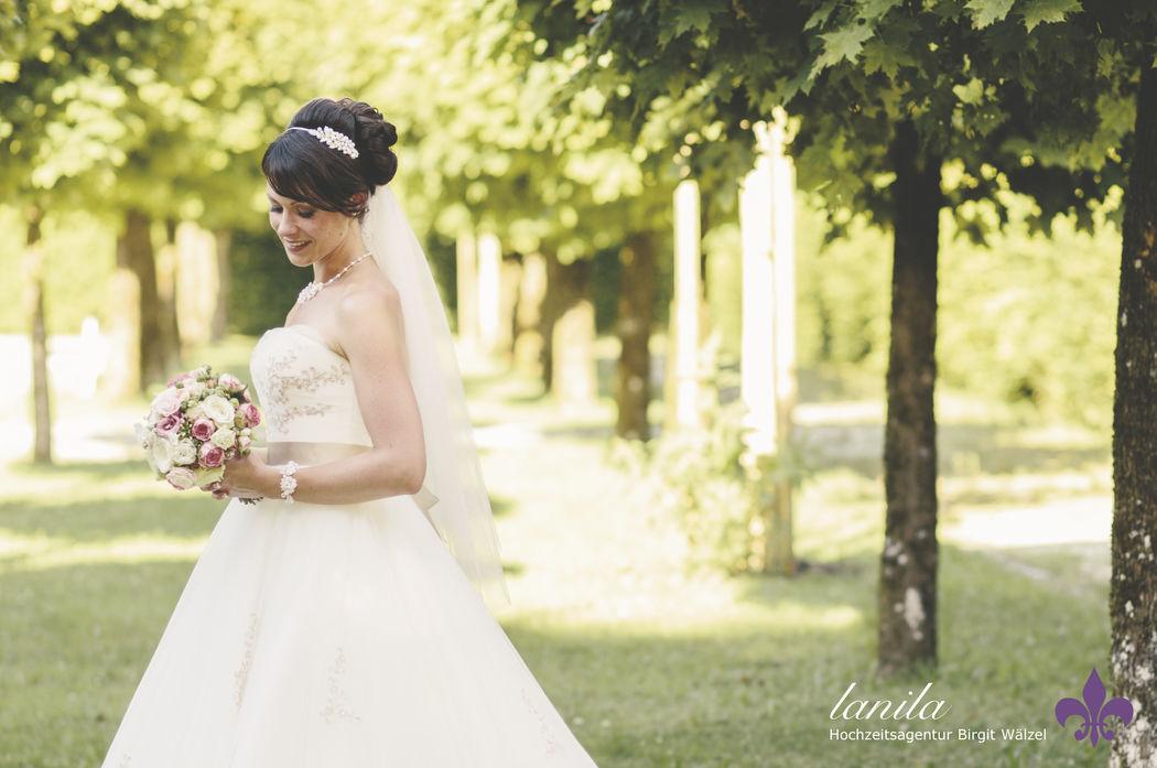 Hochzeits - Fotografie  Verträumte und sinnliche Bilder. Das ist unsere Leidenschaft. Egal ob es das Portraitshooting, die Hochzeitsreportage oder die Detailaufnamehn sind. Wir lieben den romantischen Look.