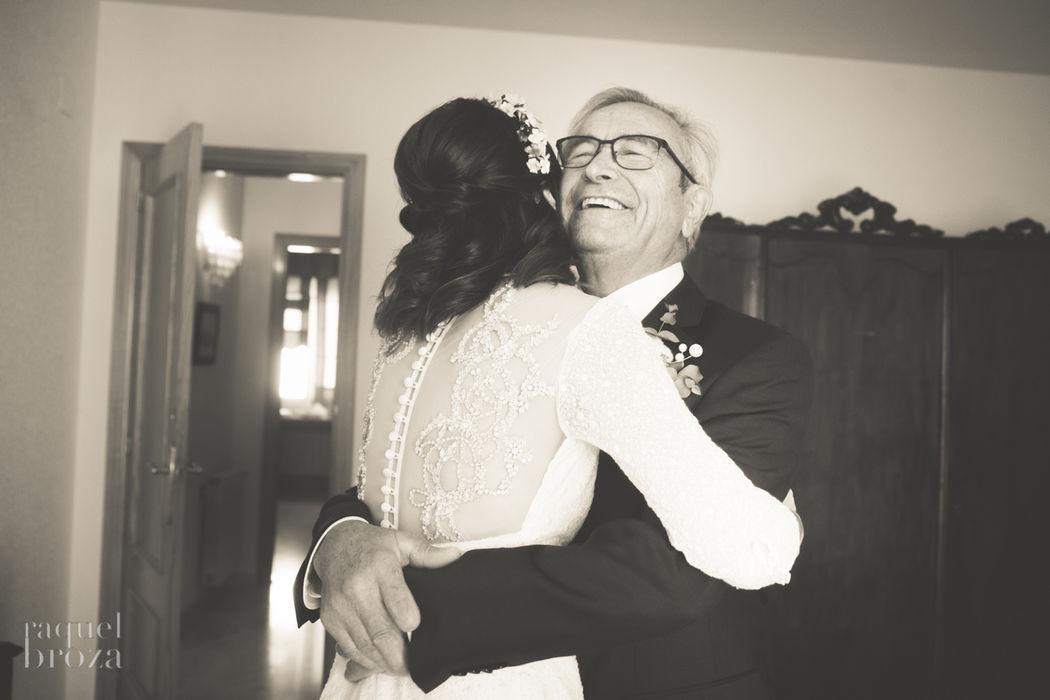 abrazo del padrino a la novia by raquelbroza